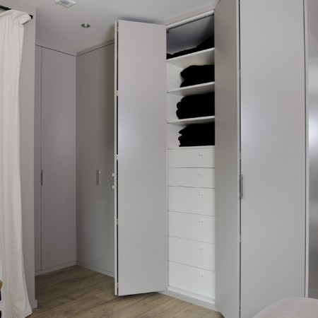 Dressing sur mesure nos types de portes hom in for Portes de placard sur mesure
