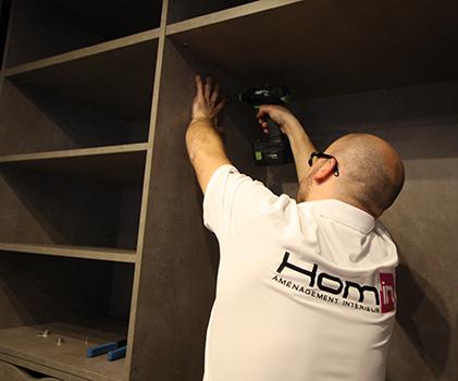 Installation d'une cuisine aménagée équipée avec Hom'in, spécialiste de la cuisine sur mesure à Orléans & Paris