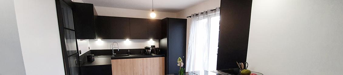 bandeau cuisine noir et bois hom in